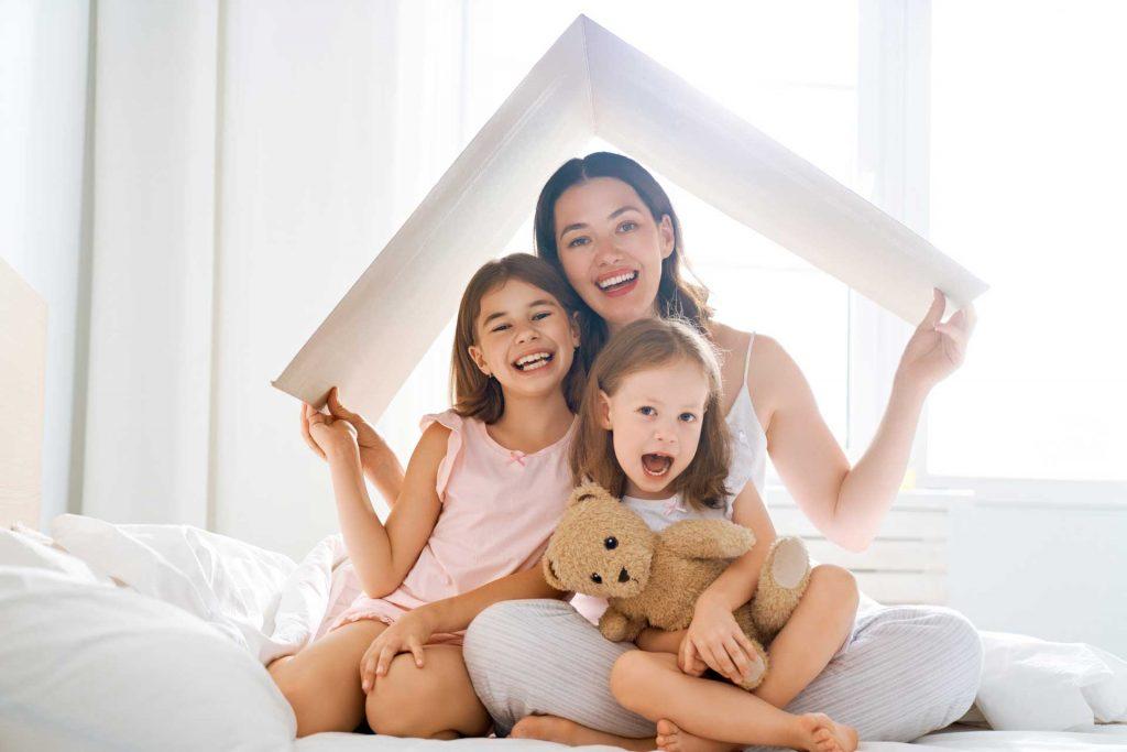 Mama i dve ćerke sa simbolom krova osiguranje u OTP Osiguranju